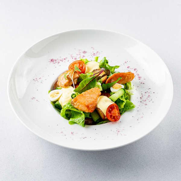 Салат с копченым лососем и шафрановым соусом
