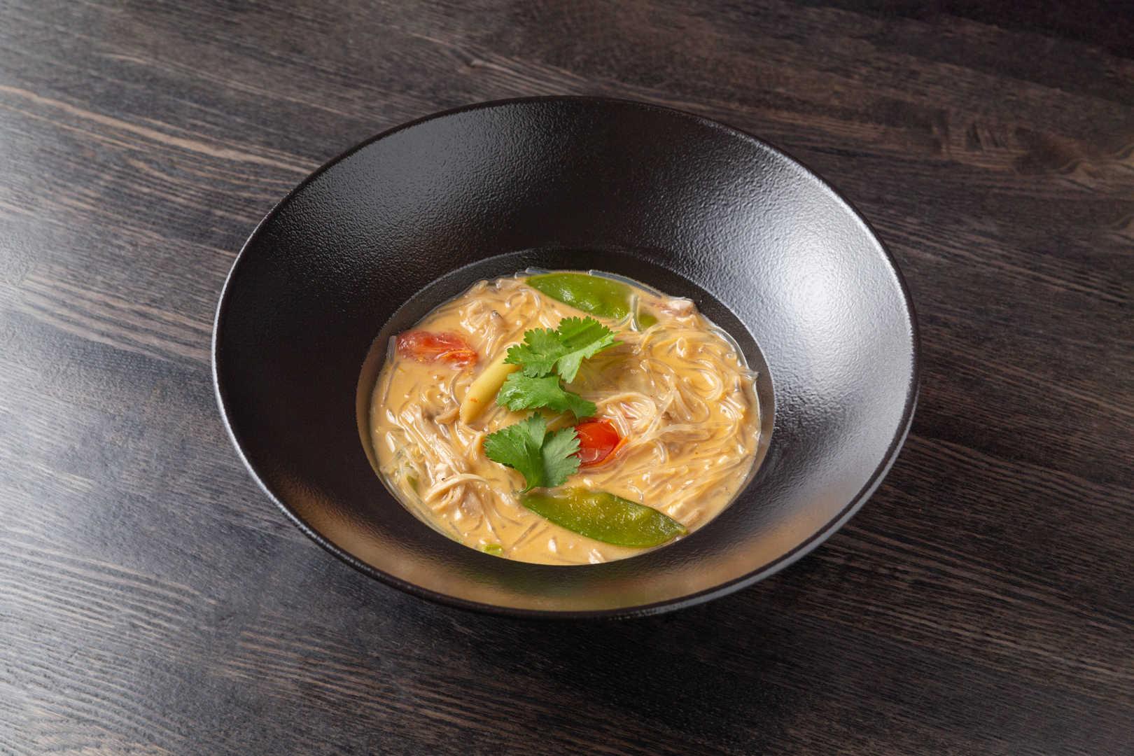 Острый тайский суп с цыпленком, фунчезой и кокосовым молоком