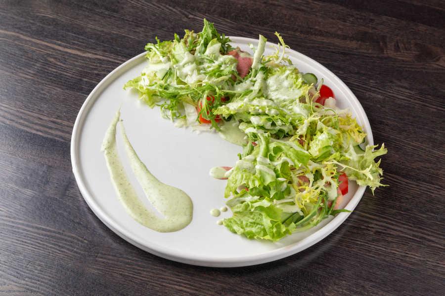 Салат с цыпленком тандури, авокадо огурцами и пряным йогуртовым соусом