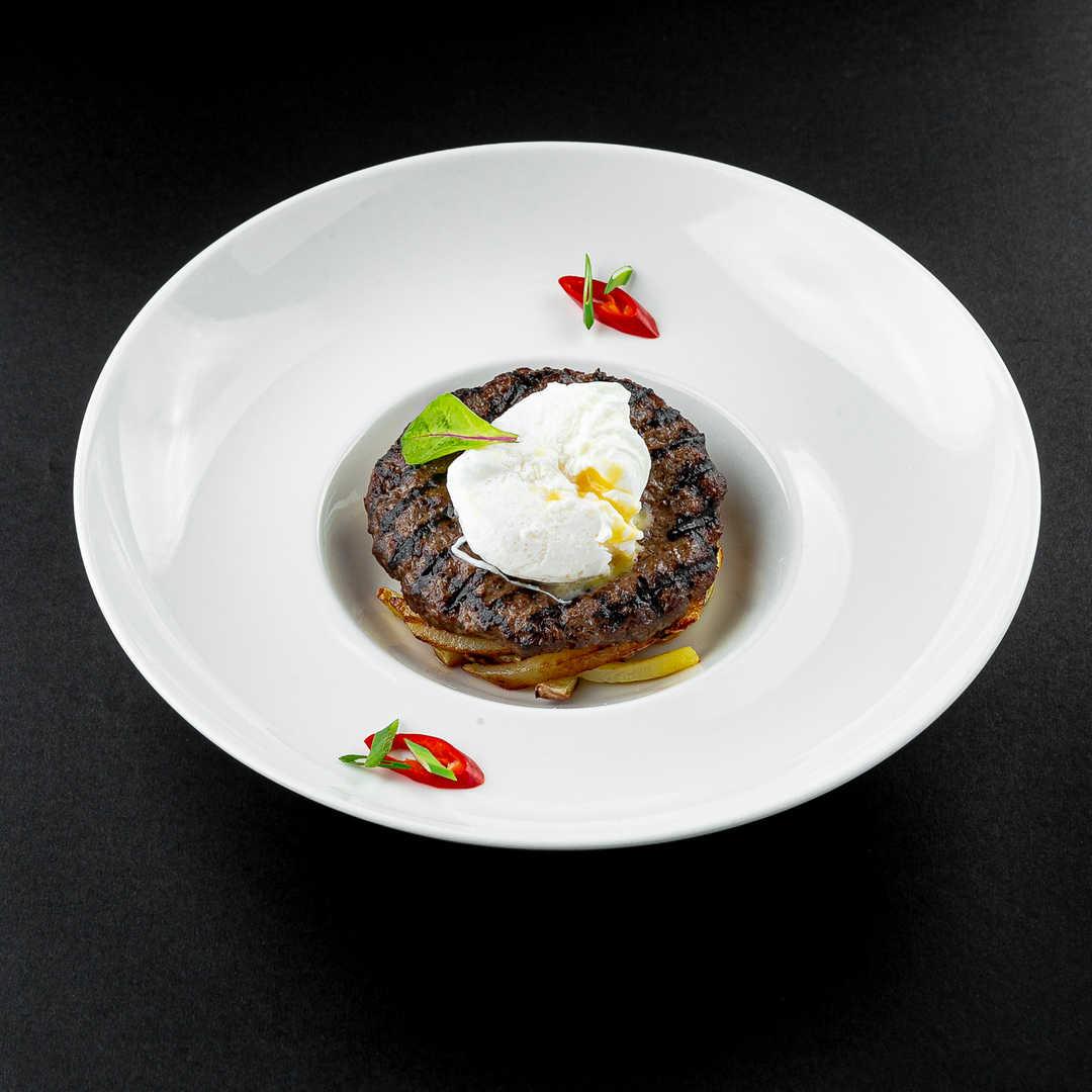 Бифштекс из мраморной говядины с картошкой по-домашнему и яйцом пашот
