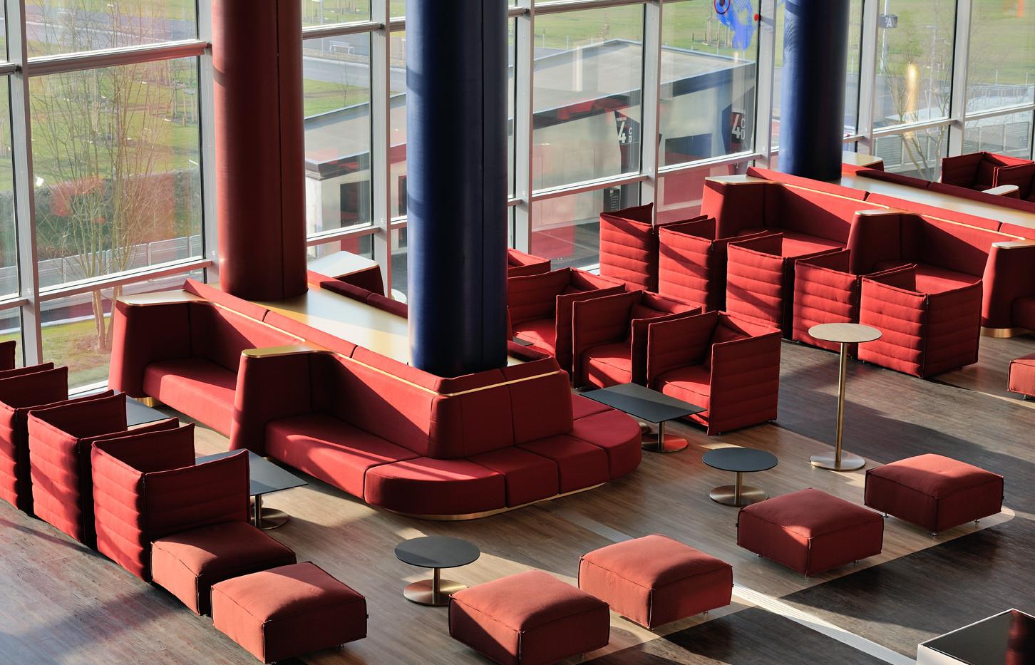 Хол стадиона красный