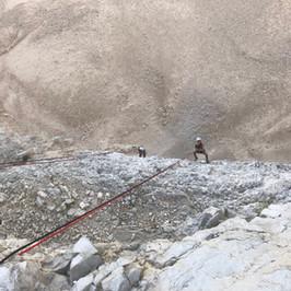 ילד גולש מצוקים סנפלינג בנחל קומראן