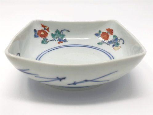 A fine 17thc Kakiemon square footed bowl enamelled with chrysanthemums, c1690