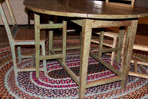 A small mid 19th C Quebec drop leaf table / table à barrière verte Québecois