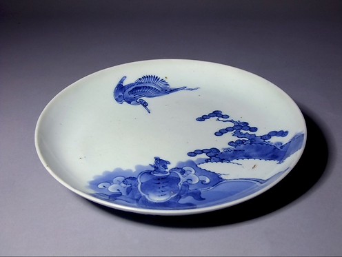 A 17th C Japanese ko Imari dish boldly painted with a crane & tortoise, c1690