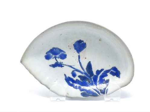 An exceptionally rare Early Enamelled Kakiemon shell dish with blue poppy, c1660