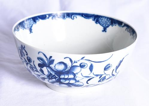 An 18thC Worcester porcelain bowl, c1780