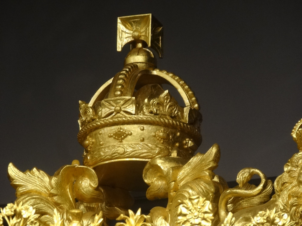 Crown carved from timber from Lord Nelson's flagship, HMS VictoryBy Jordiferrer [CC BY-SA 4.0  (https://creativecommons.org/licenses/by-sa/4.0)], from Wikimedia Commons