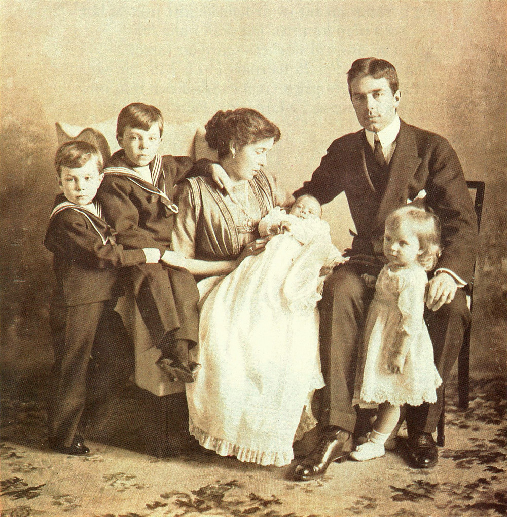 Gustaf Adolf with his first wife, Margaret, and their children in 1912