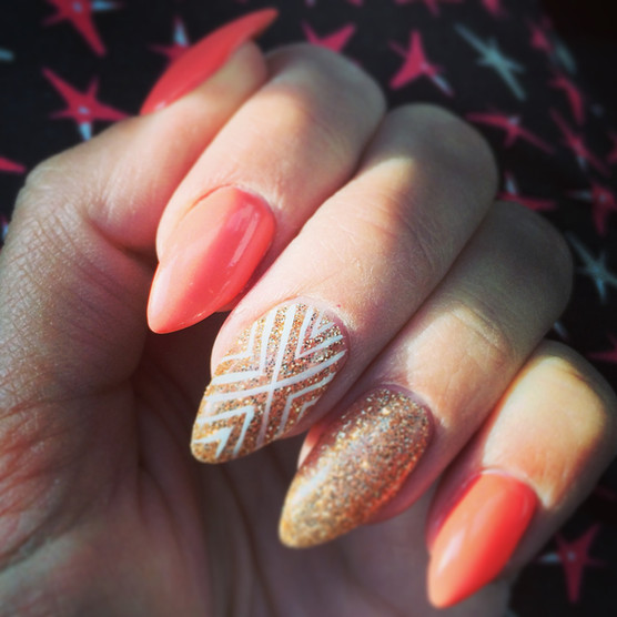 Peach and gold nagels