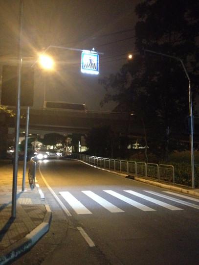 Iluminador de travessia de pedestres