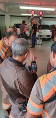 Agentes CET/SP operando PDA do sistema de semáforo portátil