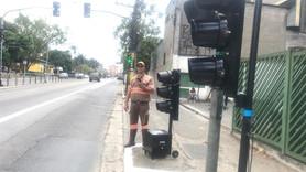 Agente CET/SP utilizando PDA programador do sistema de semáforo portátil