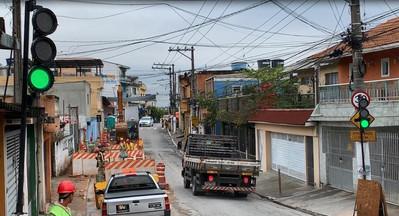 Semáforo movel Portátil em operação, obras de canalização SABESP