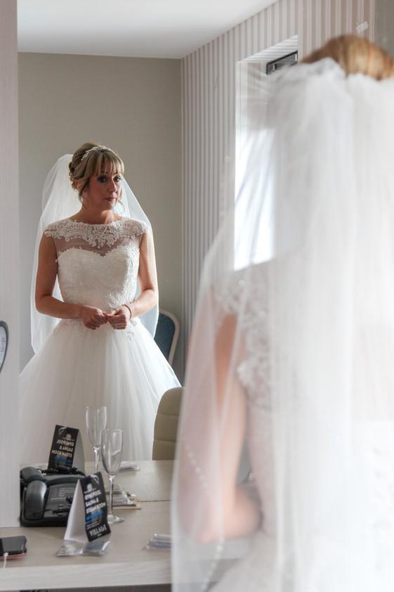 Bride, veil, preparation