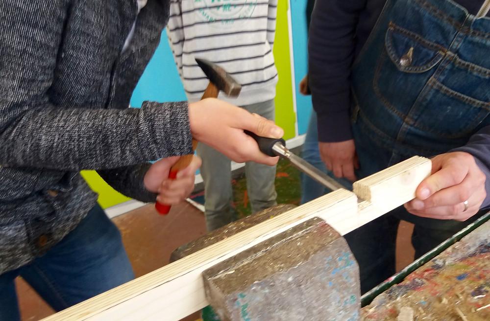 finition des encoches au couteau à bois