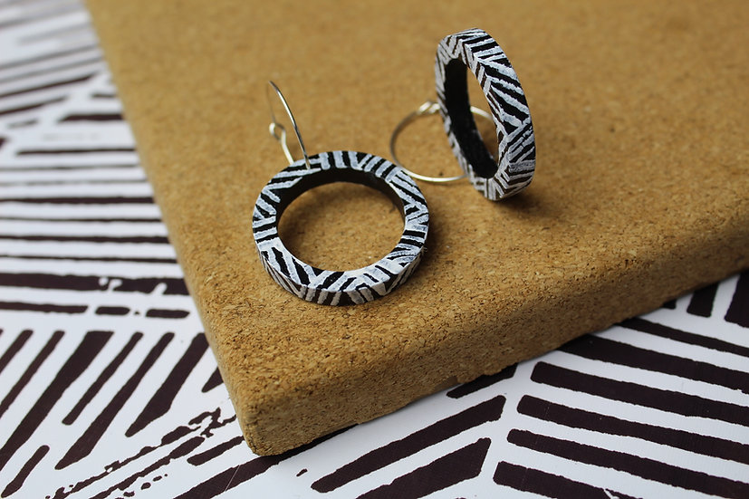 OUTLINE CIRCLE HOOPS DASHES