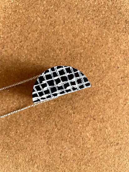 SEMI CIRCLE  IN GRID SINGLE PENDANT NECKLACE