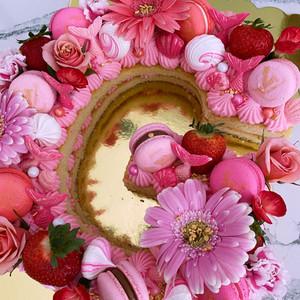 """Pink """"G"""" Cake"""