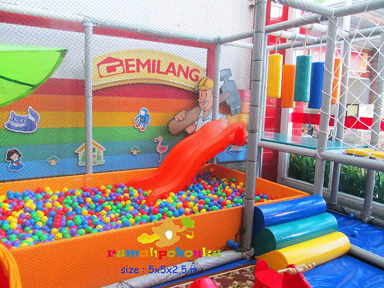 Corner indoor playground