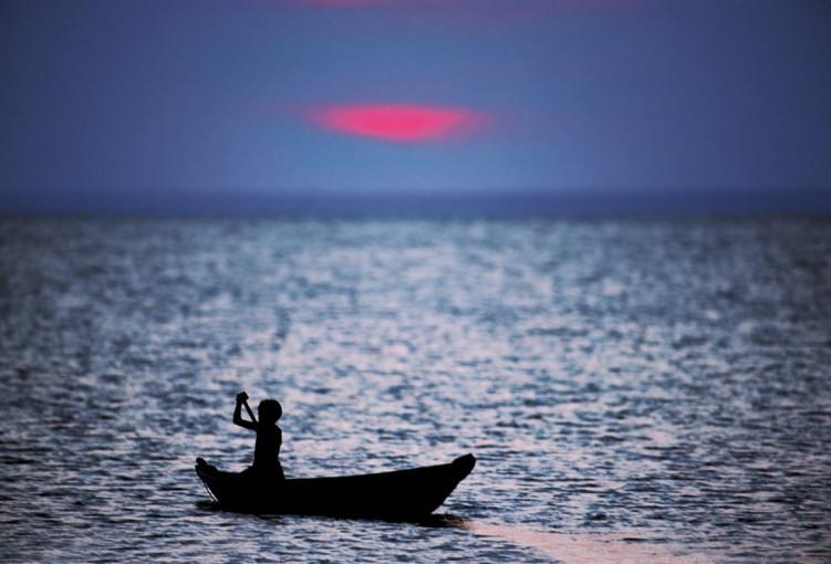 Criança com barco - Rio Negro, AM