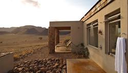 sossusvlei-desert-lodge-outside-shower.jpg.950x0