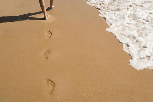 plage-mer-océan-marcher-sable-empreinte-