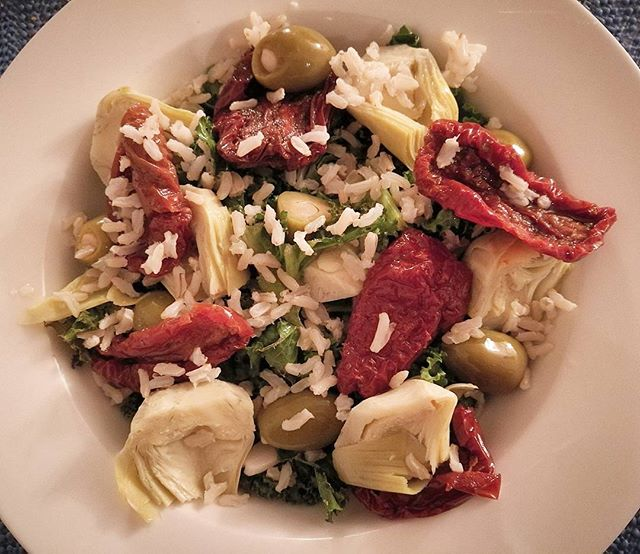 Tapas style Mediterranean Ensalada😍🍴 artichoke, olives, garlic, sundried tomatoes and rice on a be