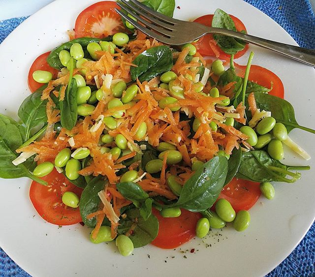 So good Summer Salad!! Spinach, tomato, carrot, cheese and soya beans🍴👌🧀🍅_#superfood #supersalad