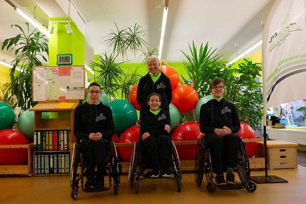 Jannes, Maya, Florian mit Heinz - Übergabe Bekleidung