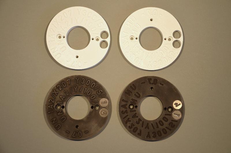 Prägeplatte: Prototyp und Fertigteil