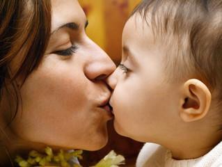 Criança que beija os pais na boca desperta para o sexo mais cedo? Psicólogas opinam