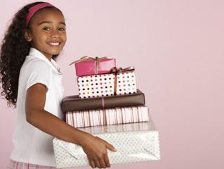 Até quando dar presente de Dia da Criança para os filhos? Psicóloga responde