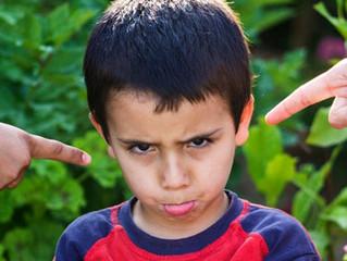 Pais e mães devem evitar achar graça quando a criança falar um palavrão!