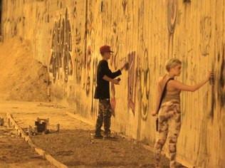 Justin Bieber foi flagrado grafitando um muro no Rio de Janeiro. (Foto: AgNews/Marcello Sa Barretp/Andre Freitas/Delson Santos)