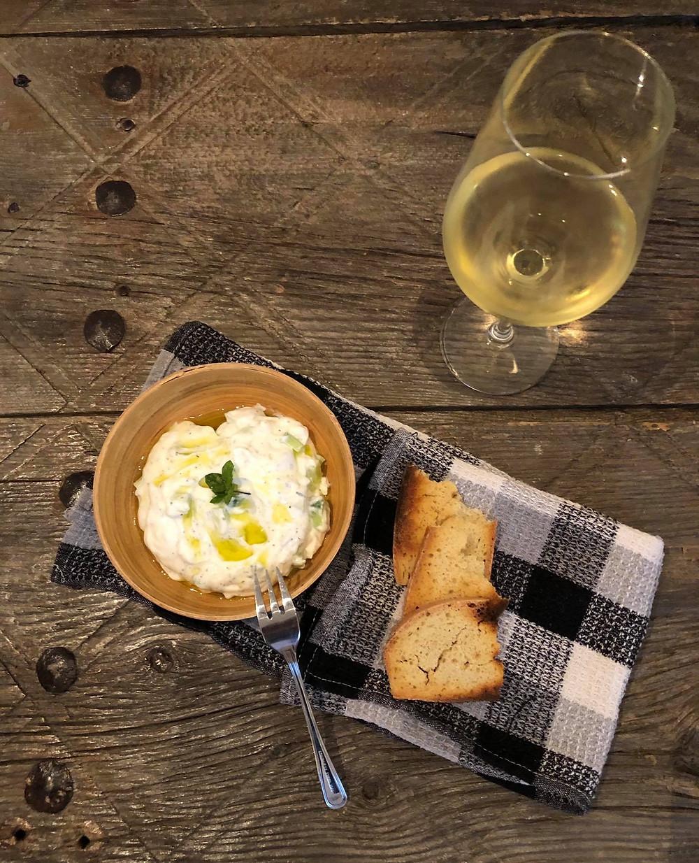 Ταλαττούρι από πρόβειο παραδοσιακό γιαούρτι, προζυμένιο σπιτικό ψωμί και λευκό κρασι από την γηγενή ποικιλία Ξυνιστέρι