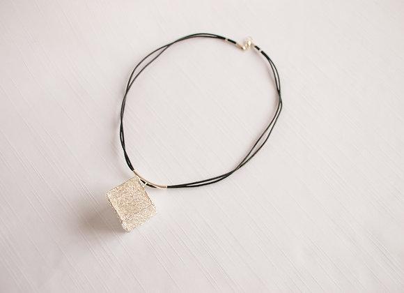 Choker caixa de croche e banho prata  em fio de couro