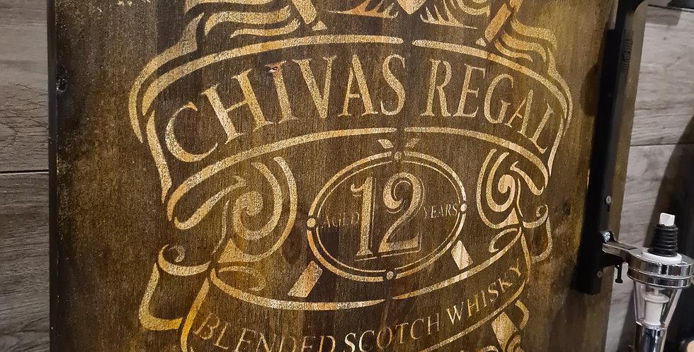 Distributeur mural d'alcool sur support gravé dans le bois Chivas Régal