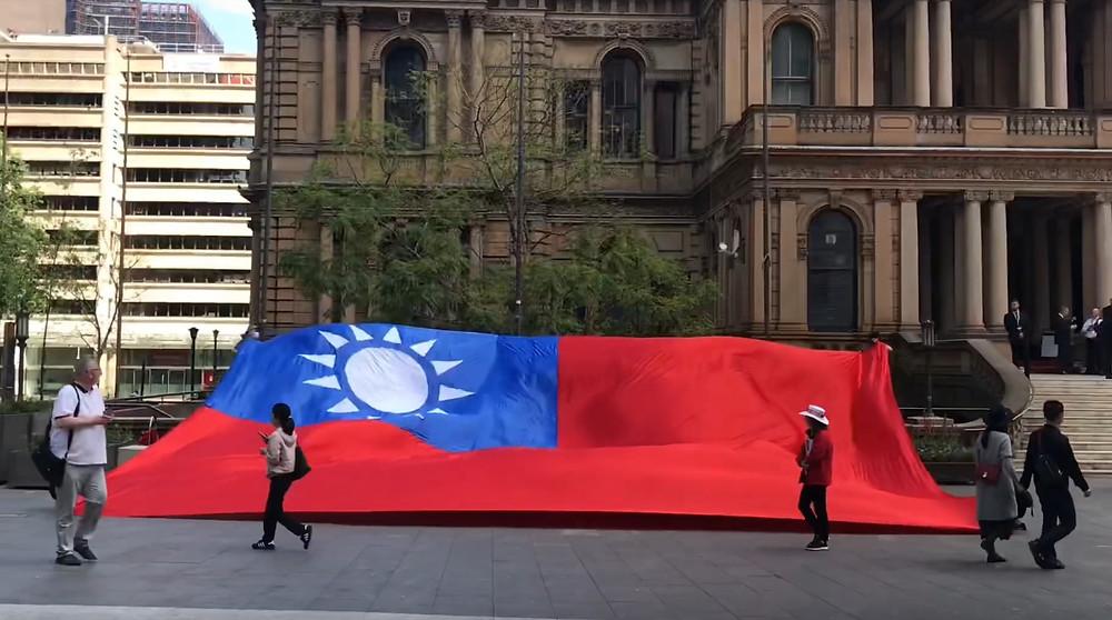 我们五个人都无法把旗子完全举起来,因为实在太大太重了,15米长10米宽的旗子可不是开玩笑的