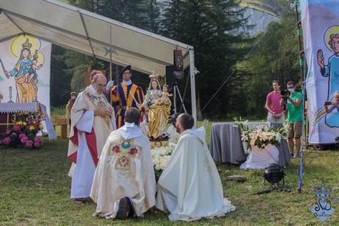 Courronnement + prière sur le cardinal-