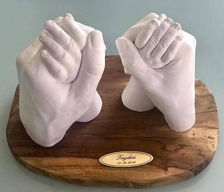 mains enlacées