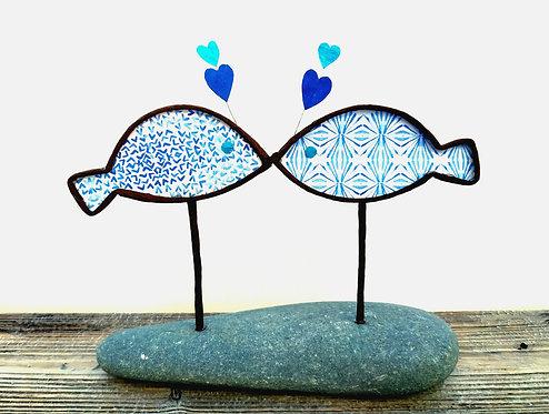 Deux poissons sur un galet