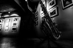 saxophone sings something