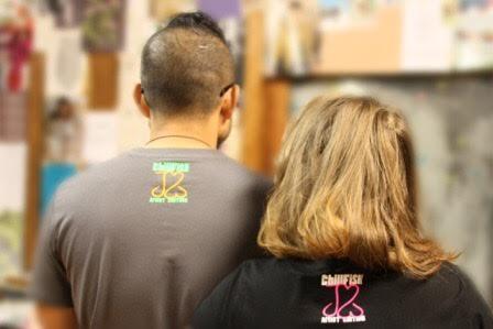 Jordan en Manon in hun shirt van de achterkant