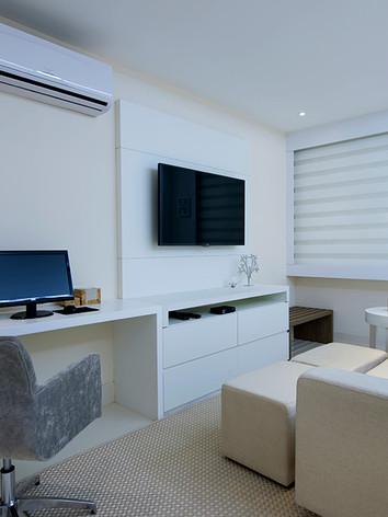 A arquiteta Tina Sanches projetou para o dentro do quarto de casal um  Home Office com destaque para a bancada de trabalho em Laca Fosca Branca.