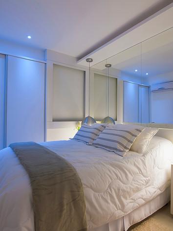A arquiteta Tina Sanches elaborou um quarto de solteiro com destaque para o armário de  duas portas de correr, cabeceira de cama e móvel solto na lateral da cama  e com acabamento de alta qualidade .