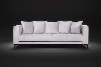 Sofá assento fixo Classic com percintas elásticas 2,40m tecido veludo O sofá Classic possui acentos fixos com almofadas soltas e acolchoadas de muito conforto. Pés em ferro com design retro que se encaixa perfeitamente em ambientes mais variados.  Valor: 2340,00