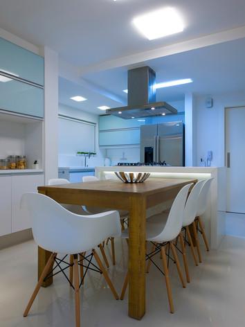 A arquiteta Tina Sanches projetou para a cozinha um espaço de socialização da família e amigos, com destaque para a mesa de madeira maciça e com acabamento em verniz fosco e com os poros abertos mostrando a rusticidade da madeira.