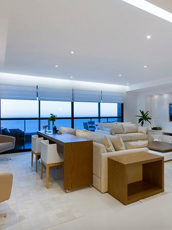 A arquiteta Tina Sanches idealizou sala de estar e TV, um projeto atemporal com  materiais que combinam entre si, com destaque para Madeira Carvalho e Laca Fosca  Branca.