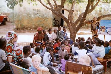 missionária Naomi ensinando